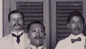 Labberton (memejamkan mata) bersama Tjipto Mangoenkoesoemo (kanan gambar), dan Satrowijono (bawah) saat pertemuan  Comité voor Javaanse Cultuurontwikkeling di Surakarta tahun 1918.