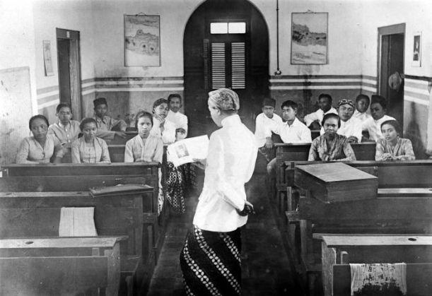 COLLECTIE_TROPENMUSEUM_'De_heer_Soerjoadipoetro_houdt_een_voordracht_over_de_school_van_Tagore_voor_o.a._kwekelingen_van_het_Nationaal_Onderwijs_Instituut_'Taman_Siswa'_te_Bandung_Java'_TMnr_10002308