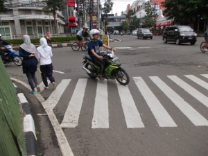 Zebra Cross yang Berada Persis di Belokan Kanan Langsung Jl. Aceh-Jl. Merdeka (Foto: Irfan Teguh Pribadi)