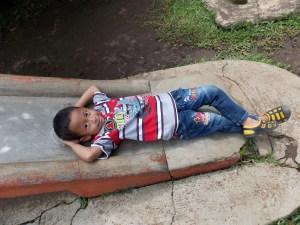 Bersantai Setelah Main Perosotan (Foto: Andi Nur Diva)