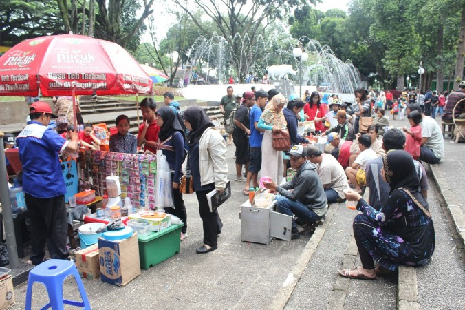 Pedagang di Sisi Barat Taman Balai Kota (Foto Mega Marina)