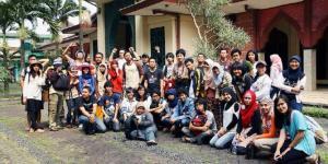 Komunitas Aleut berfoto bersama di depan Masjid Cipaganti, Bandung.