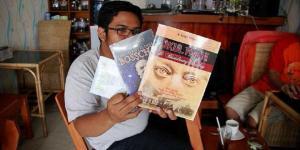 Koordinator Komunitas Aleut, Arya Vidya Utama, menunjukkan beberapa buku karya pegiat Komunitas Aleu