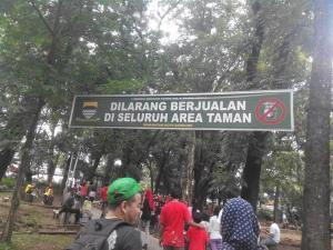 Banner Larangan Berjualan di Taman Lansia (Foto: Yanti Maryanti)
