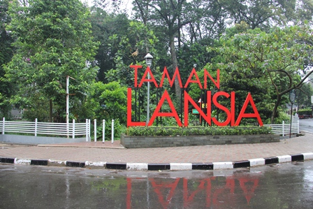 Pintu masuk selatan Taman Lansia (Foto: Garut News)
