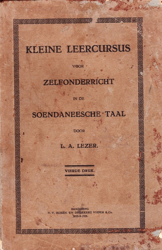 Sampul bulu Kleine Leercursus Voor Zelfonderricht In de Soendaneesche Taal (Buku Belajar Bahasa Belanda untuk Orang Berbahasa Sunda). L.A. Lezer. Visser Bandung – 1928 (Sumber sadnessbookstore.blogspot.com)