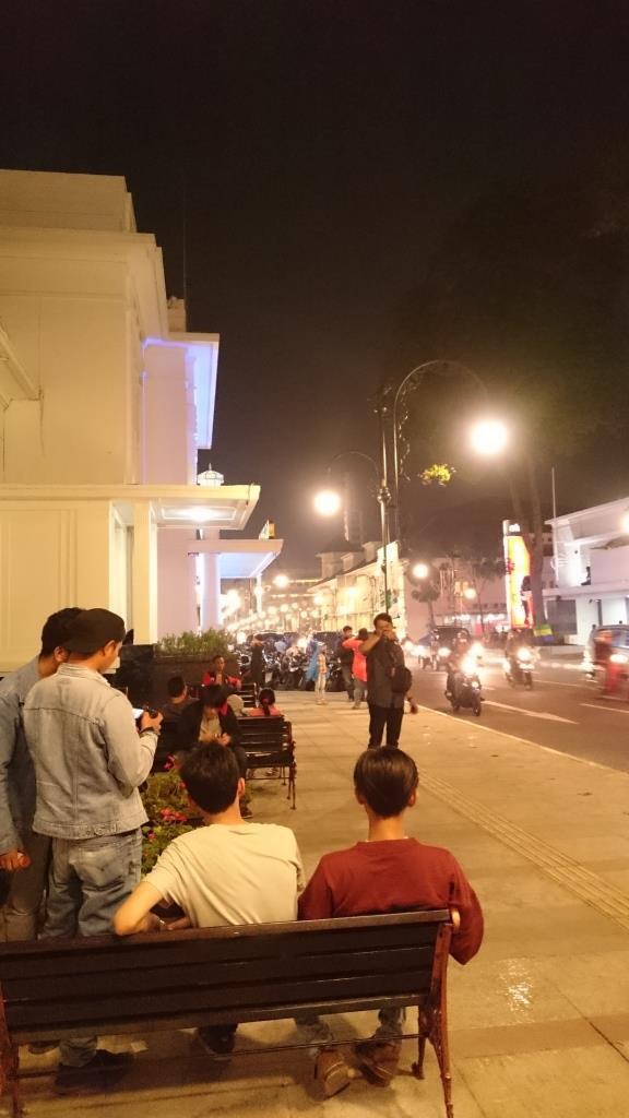 Mereka yang duduk dan berfoto di dekat Jl. Cikapundung Timur
