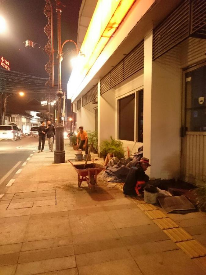 Para Pekerja Perbaikan Trotoar yang Bekerja di Malam Hari