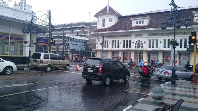 Sekitar Gedung Merdeka Saat Hujan Turun (Foto: Arya Vidya Utama)