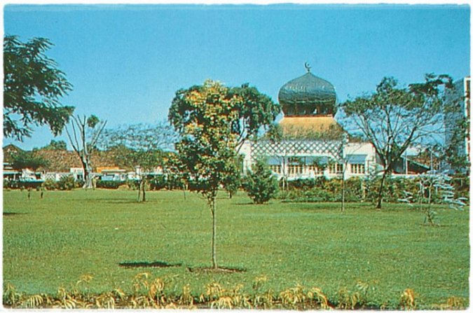 Mesjid Agung Bandung dengan kubah bawang antara tahun 1955-1970