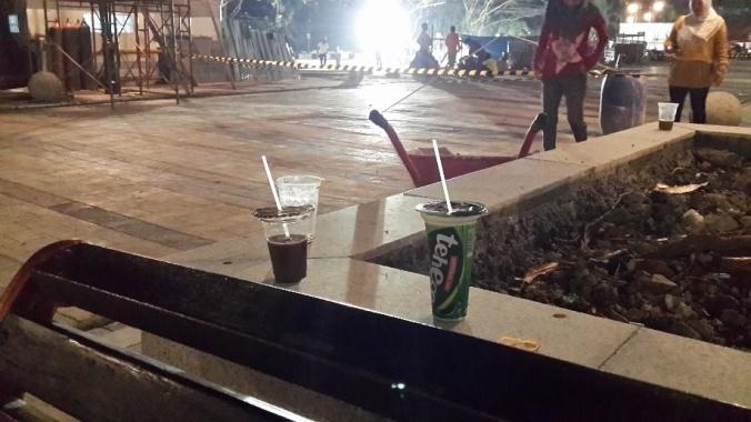 Gelas-gelas Bekas Minuman di salah satu titik di Jalan Cikapundung Timur