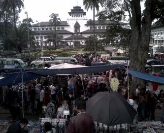 Keramaian dan Kemacetan Pasar Kaget Gasibu 2012-2013 (bandungtourisminfo.blogspot.com)