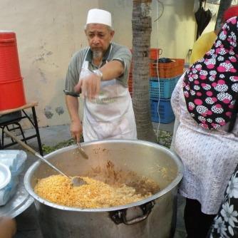 Kesibukan di Dapur Masjid Sultan Menjelang Berbuka