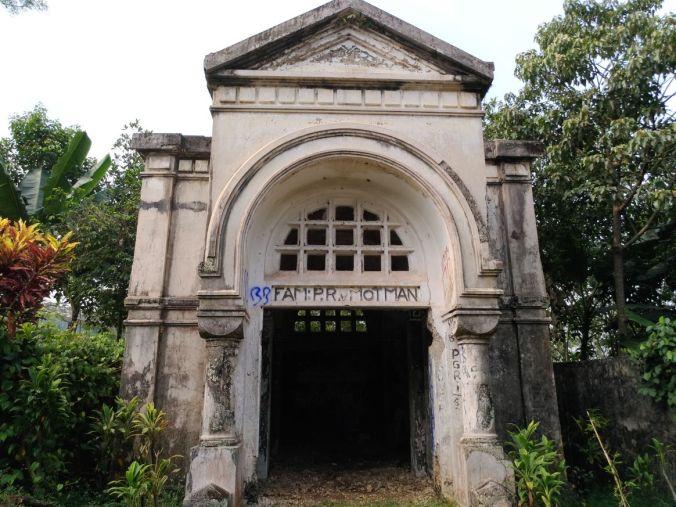 Momotoran Ke Bogor mausoleum van Motman 1.jpg