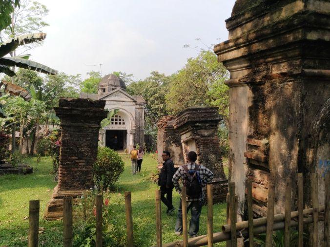 Momotoran Ke Bogor mausoleum van Motman 4.jpg