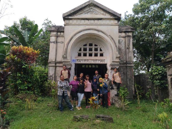 Momotoran Ke Bogor mausoleum van Motman