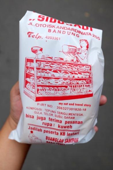 Foto diambil dari https://myeatandtravelstory.wordpress.com/2016/04/24/toko-roti-sidodadi-yang-legendaris-dan-laris-manis-bandung/