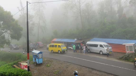 Suasana warung tenda di tepi jalan kawasan Rancabali (@mooibandoeng)