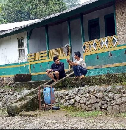 Mengobrol dengan warga lokasi | © Komunitas Aleut
