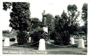 Kartu pos bergambar patung Pastor Vebraak (sumber: grarueb.nl)